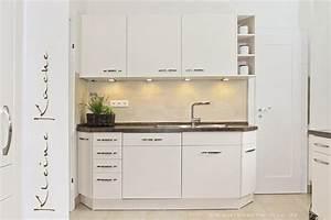 Stauraum Kleine Küche : eine kleine kueche mit hellen fronten und dunkle arbeitsplatte ~ Markanthonyermac.com Haus und Dekorationen