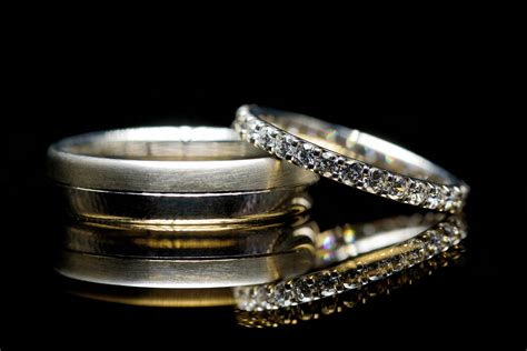 a simple method to easily light wedding rings detail