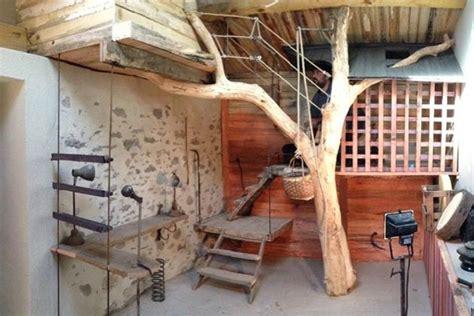 cabane dans chambre cabane l arbre entre dans la chambre esprit cabane