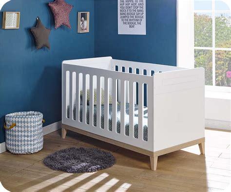 chambre blanche et bois chambre bébé complète riga blanche et bois
