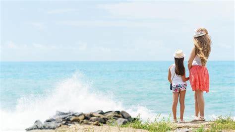 lakukan  bun  liburan  pantai bareng anak makin