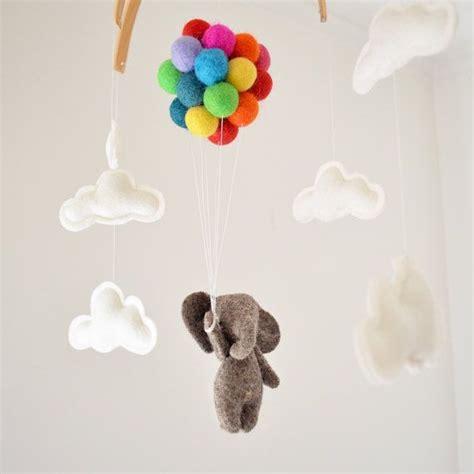 hochzeitsfrisuren für kinder baby mobile elefant fliegenden regenbogen ballons wolken