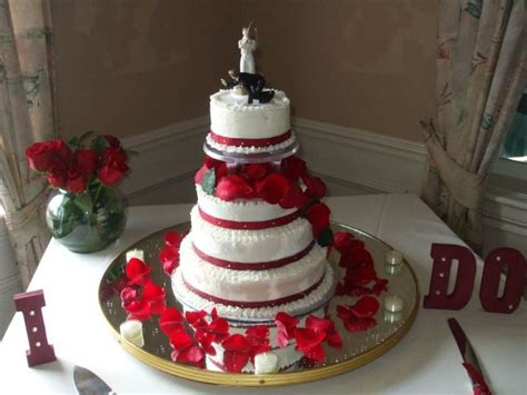 Round Wedding Cakes With Red And White Color