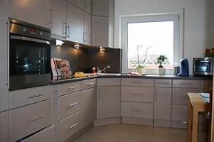 Kueche magnolie arbeitsplatte grau moderne inspiration for Arbeitsplatte küche grau