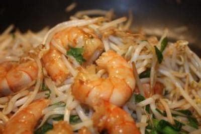cuisiner pousse de soja recette crevettes au pak choï agrémenté de pousse de