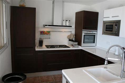 gaskookplaat naast koelkast casa iris keuken