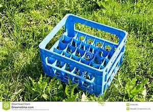 Bouteille En Plastique Vide : caisse en plastique vide de bouteille bi re sur l 39 herbe photo stock image 26465482 ~ Dallasstarsshop.com Idées de Décoration