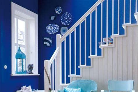 leuchtende blaue waende im flur bild  living  home