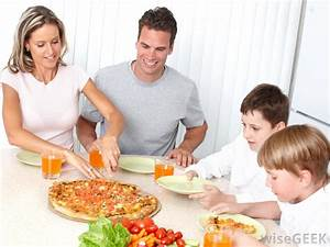 What are the Benefits to Having Family Meals? (with pictures)