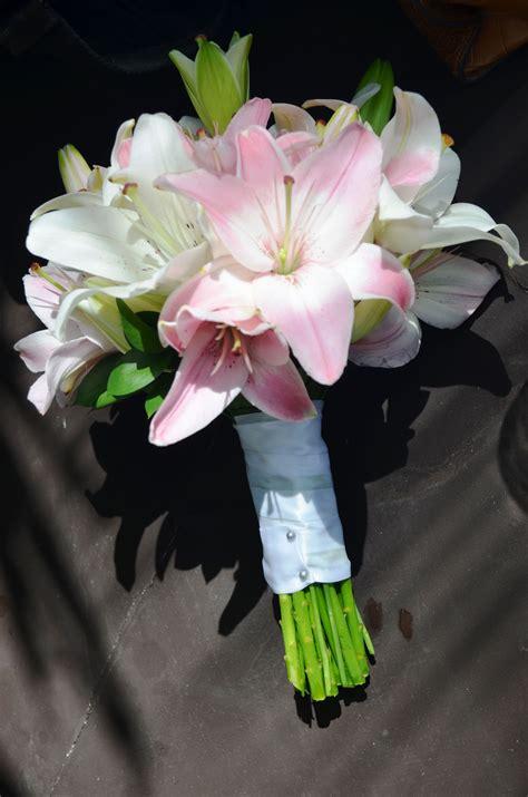 ramo de novia romantico  lirios blancos  rosas