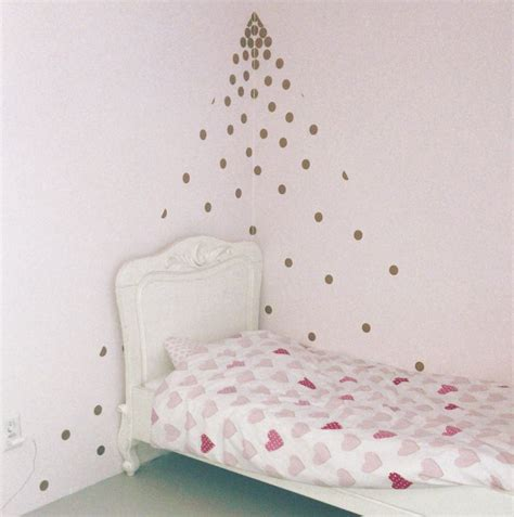 slaapkamer van elin vlak op de roze muur beplakt met