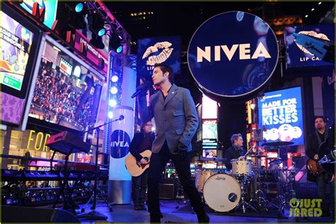 train  years eve  performance  times square