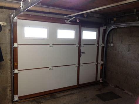 menuiserie pelletier 187 porte de garage sectionnelle avec portillon et hublots gypass