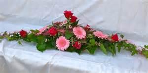 tischschmuck hochzeit blumen tischdeko blumen rosenrot