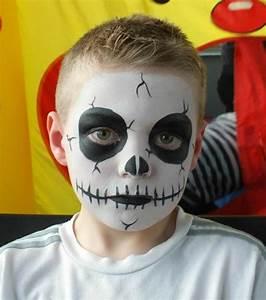 Maquillage Halloween Garçon : grands cercles entourant les yeux maquillage halloween garcon t te de mort t shirt blanc ~ Melissatoandfro.com Idées de Décoration