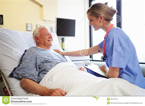 h el dans la chambre patient masculin de talking to senior d 39 infirmière dans la