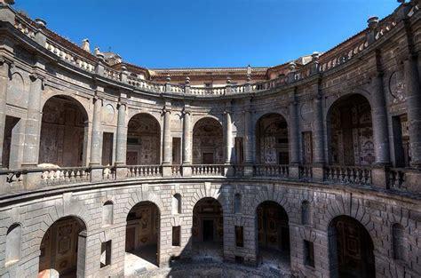 cortile palazzo farnese palazzo farnese a caprarola le location della serie tv i
