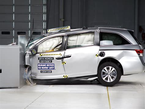 crash test siege auto 2014 2014 honda odyssey driver side small overlap iihs crash