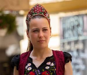 File:Hungarian woman in traditional dress.jpg - Wikimedia ...