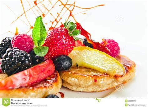 dessert avec les pommes cuites au four et les baies fra 238 ches photos stock image 33668823
