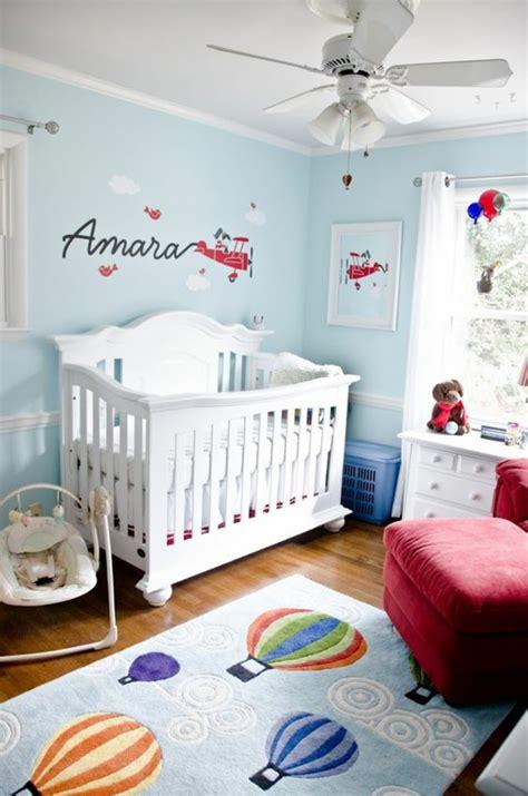 plafond de chambre cool idee deco chambre bebe fille avec des murs en bleu