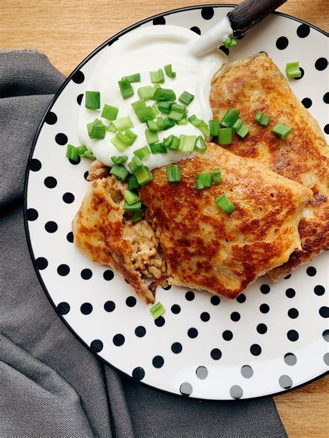 ar malto gaļu un sieru pildītas plānās pankūkas — našķoties