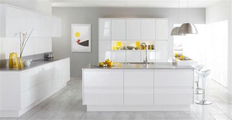 cuisine contemporaine blanche et bois sol gris quelle couleur pour les murs 3 blanche laqu233 murs gris sol en carrelage gris
