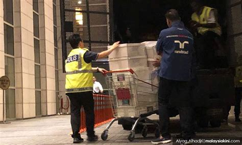 rumah najib digeledah polis rampas  kotak beg tangan berjenama  beg berisi wang
