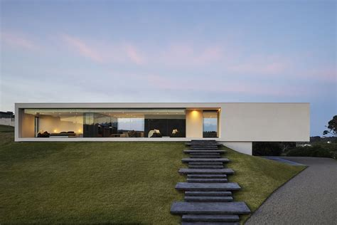 Modern Houses : Cantilevering Modern Home Redefines The Ranch House-curbed