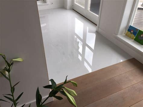 gietvloer badkamer op hout betonlook gietvloer in combinatie met een houten vloer