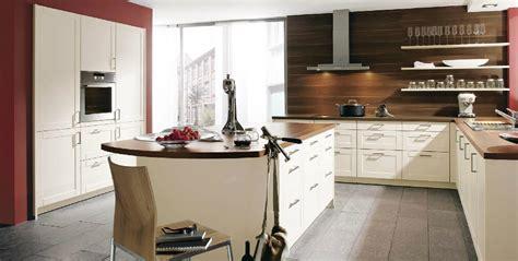 meuble cuisine couleur vanille cuisine vanille avec une crédence en noyer tabac photo 20