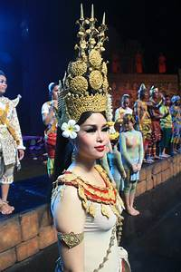 File:Apsara Dancer Smile of Angkor Theatre.jpg - Wikimedia ...
