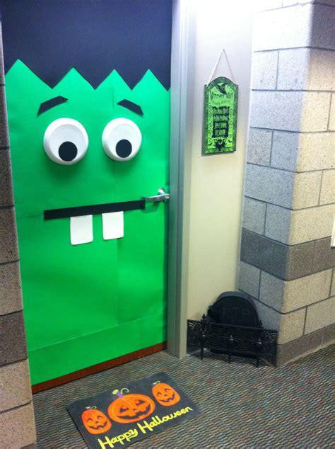 college dorm room halloween door decorating crafts halloween dorm dorm room doors college