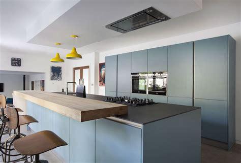 poign馥 de cuisine design cuisine bleu gris canard ou bleu marine code couleur et idées de déco