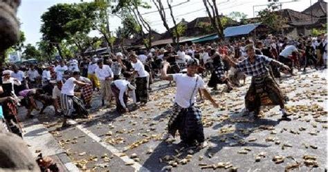 perang tipat bantal tradisi adat penuh makna pariwisata bali