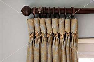 Zigarettengeruch Aus Holz Entfernen : vorhangstange aus dunklem holz und geraffter vorhang mit deko metallschmuck bild kaufen ~ Markanthonyermac.com Haus und Dekorationen