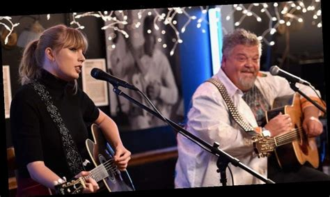 Taylor Swift's gives surprise performance at The Bluebird ...