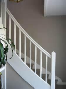 Peindre Un Escalier En Gris Et Blanc by Escalier Bois Et Blanc Mzaol Com