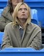 图文:莎拉波娃观看男友比赛 莎娃在看大屏幕-搜狐体育