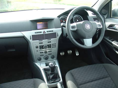 vauxhall astra estate   review parkers