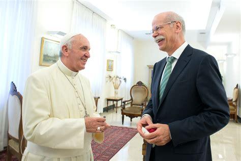 una smart ebike  papa francesco il rivoluzionario