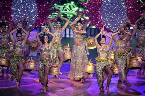bollywoods mega stars performances  dazzled  iifa