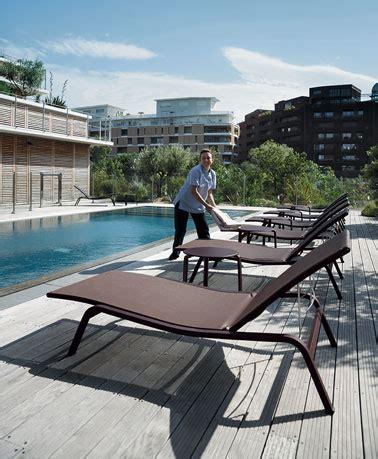 chaises longues de piscine une chaise longue au bord de la piscine le rêve