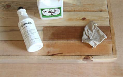 möbel aus holzpaletten m 246 bel aus paletten holzbank und gabione tisch im garten bauen