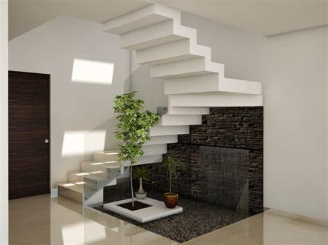 jardines bajo las escaleras