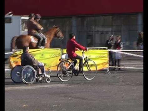 barre de remorquage pour fauteuil roulant