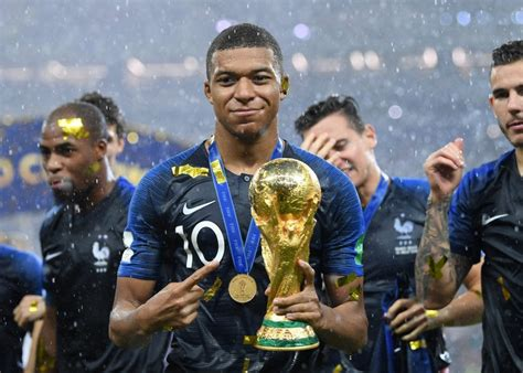 Kilians mbapē lotēns ir francijas futbolists, uzbrucējs, francijas futbola izlases dalībnieks. NINETEEN-YEAR-OLD KYLIAN MBAPPE HAS BECOME SOCCER'S NEWEST SHINING STAR