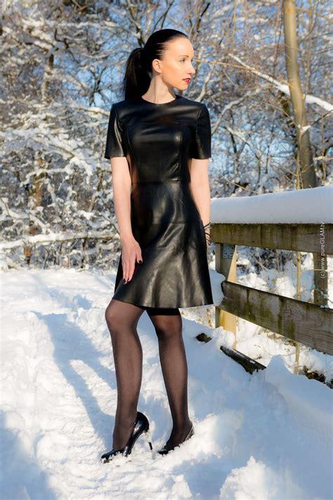 winterfashionlook lederkleid mit strumpfhose und pumps