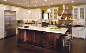 Traditional Kitchen with Contrasting Island - Traditional