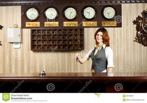 réceptionniste d 39 hôtel au contre bureau avec des clés